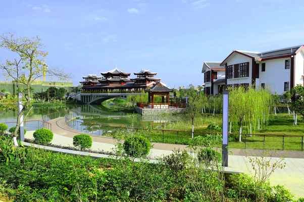 田东有一个湿地公园,风雨桥、观景塔、奇石雕塑..